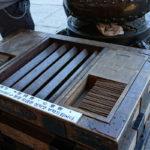 Saisen bako (contribution box) und Räucherstäbchen beim Shrine