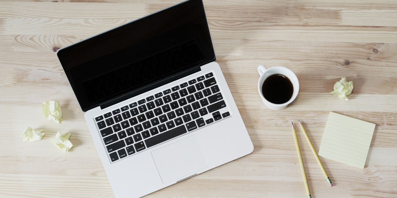 Workspace: Laptop und Kaffee