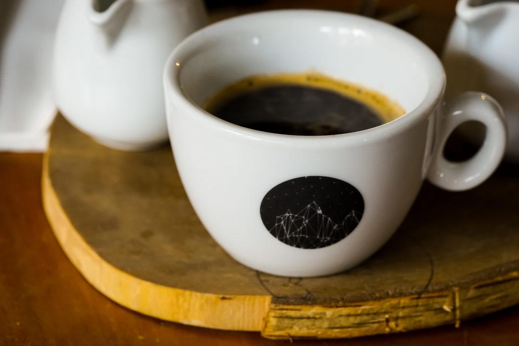 Kaffeetasse Ei Benedekt im Cáfe Kavárna co hledá jméno