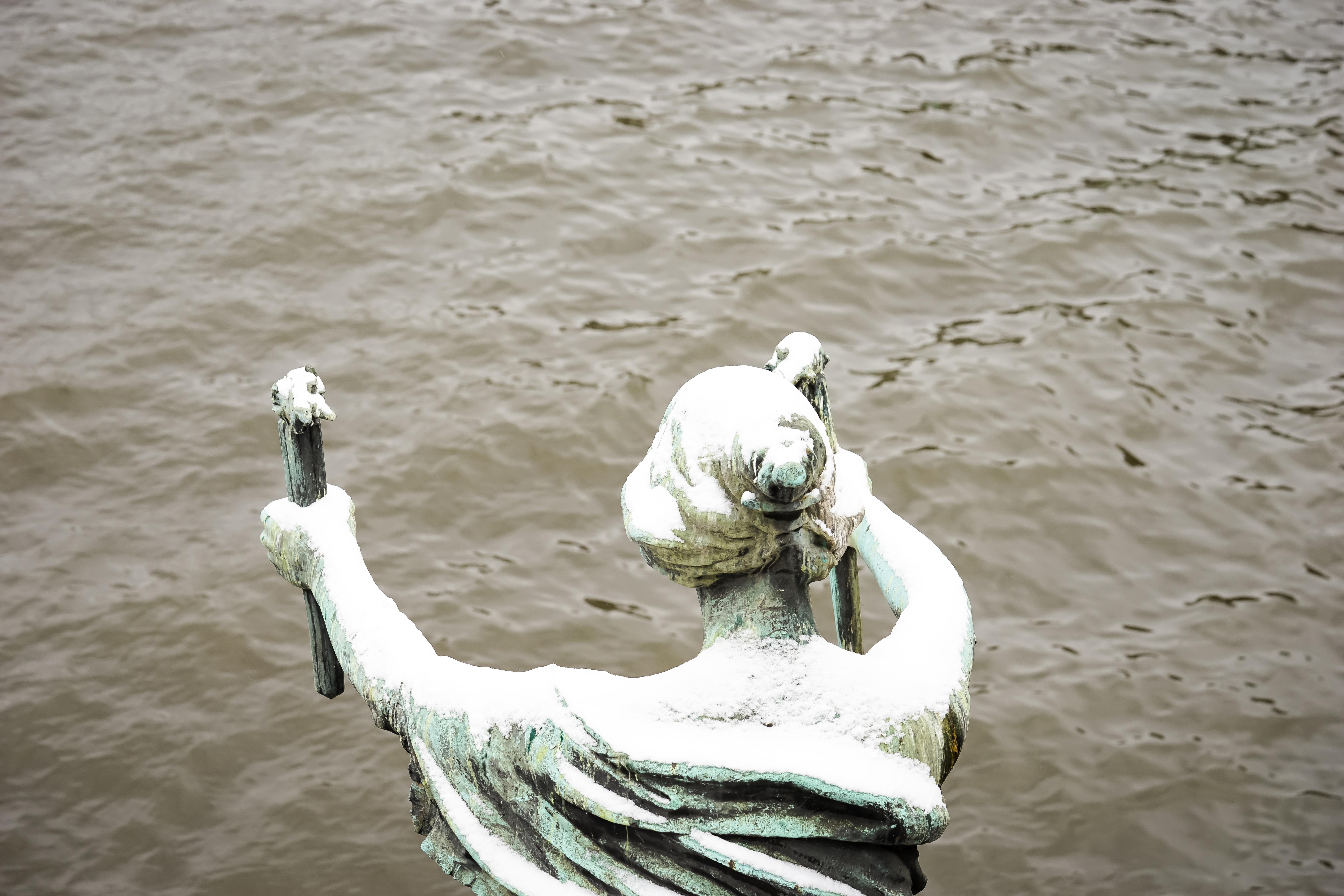Statue am Wasser in Prag